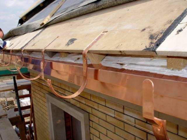 Как правильно установить водостоки на крыше – устройство и последовательность крепления элементов системы