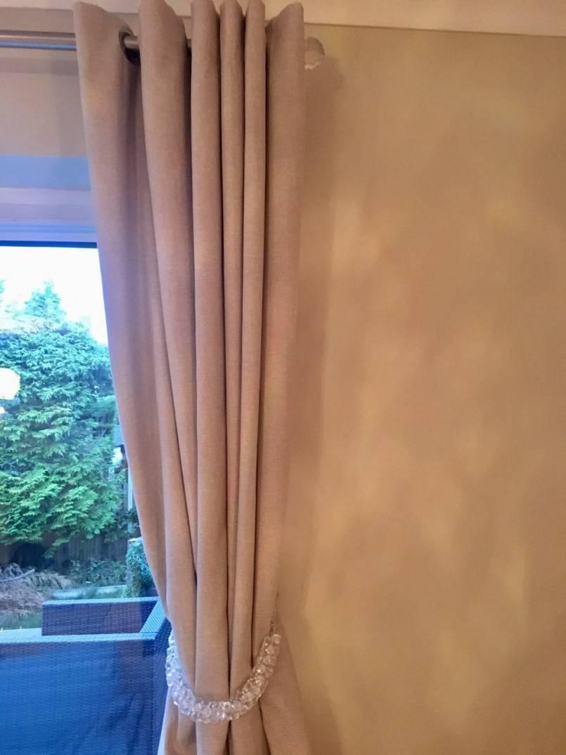 Дизайн штор (83 фото): оформление окон в деревянном доме, современные дизайнерские решения для занавесок