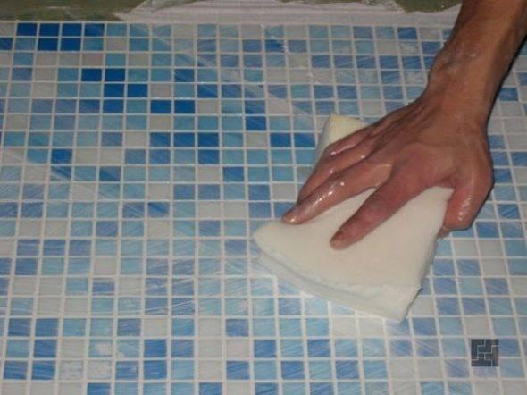 Как клеить мозаику? как приклеить варианты на сетке, как правильно наклеить мозаичную плитку на стену в кухне