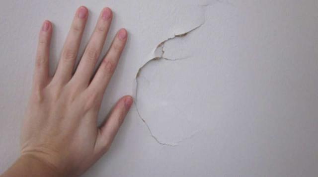 Ремонтируем трещины на потолке шпатлёвкой и герметиком: пошаговое руководство