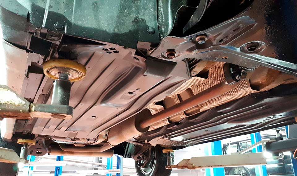 Обработка днища: защита автомобиля от коррозии своими руками, цена антикорозийки