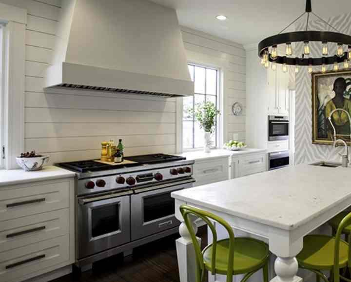 Белый фартук для белой кухни (68 фото): дизайн черно-белого фартука, глянец над столешницей