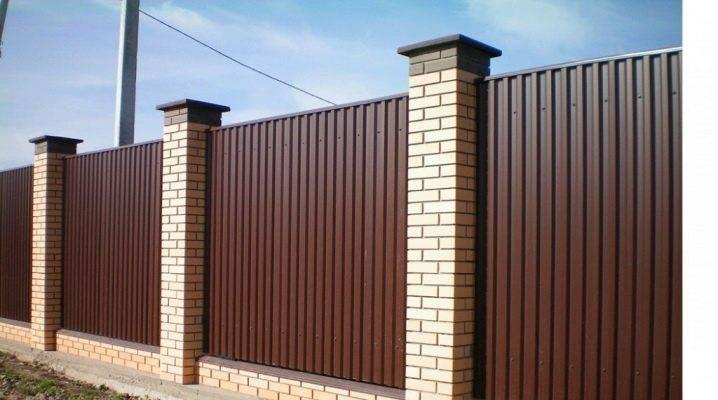Как построить кирпичный забор из профлиста своими руками?