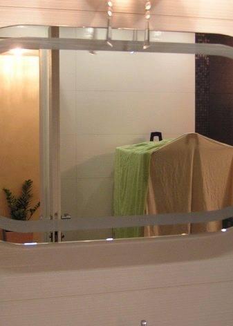 Зеркало в раме: настенное круглое или овальное резное, модель в багетной белой и черной раме из полиуретана и кожи