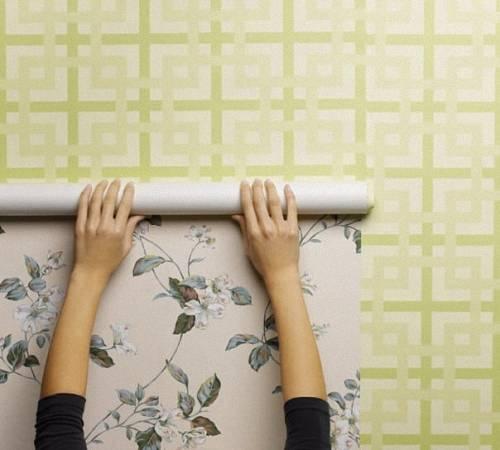 Как убрать пузыри на обоях: почему они появляются после высыхания и чем отличается поклейка бумажных и флизелиновых полотен?
