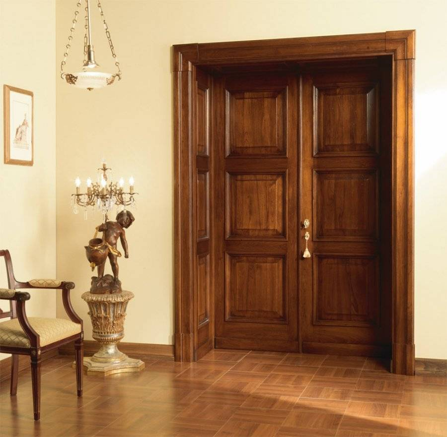 Как покрасить межкомнатные двери красиво своими руками, чем, кроме лака, покрыть мфд и двп, как подготовить старые, какой цвет выбрать, можно ли белый, а также фото