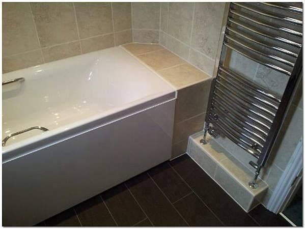 Как заделать стык между ванной и стеной: решение непростой проблемы