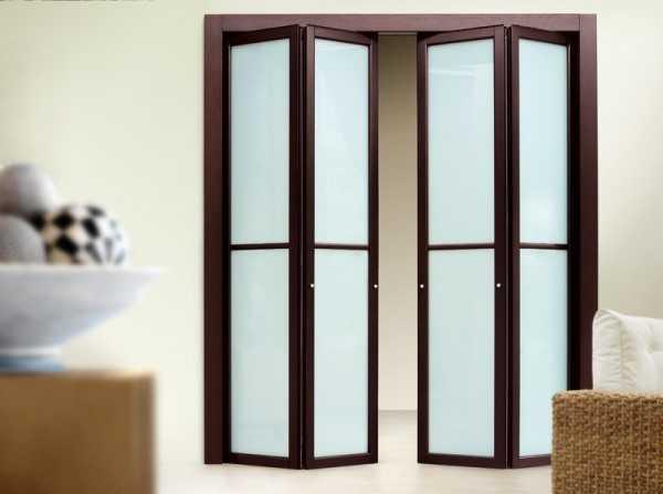 Зеркальные двери купе в современном интерьере, преимущества использования таких конструкций