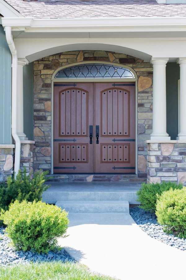 Входные двери с ковкой: материал, разновидности, изготовление