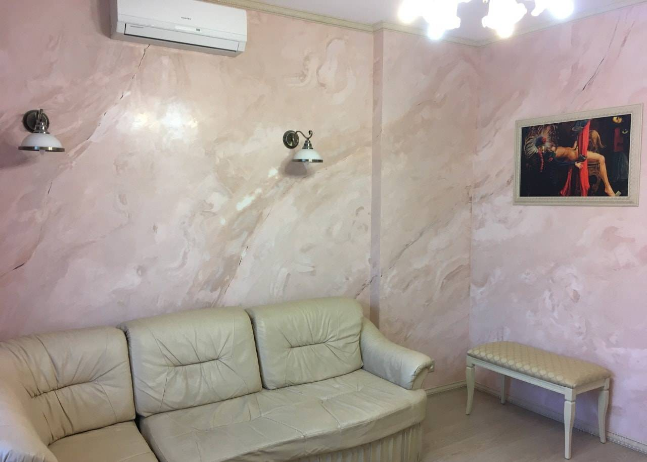 Краска для стен в квартире с эффектом штукатурки: как выглядит венецианская фактурная или структурная, как ее наносить, этапы работ по очереди и советы