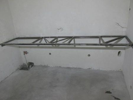 Столешница для ванной комнаты под раковину 82 фото установка и крепление модели из дерева или плитки, как крепить и чем врезать умывальник