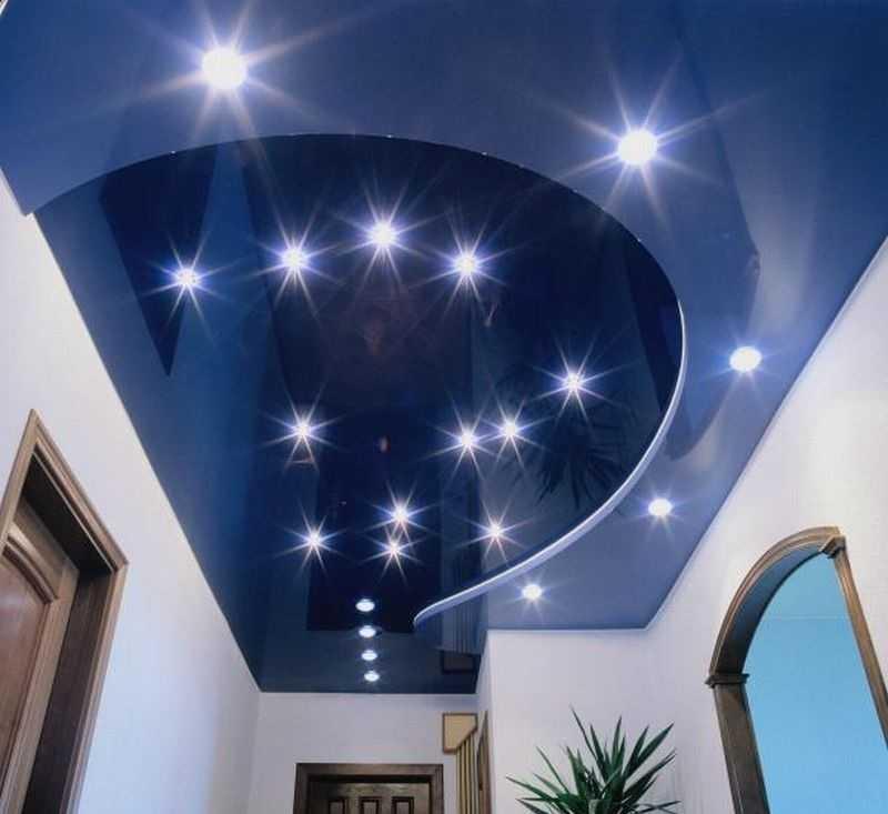 28 примеров освещения на кухне с натяжным потолком
