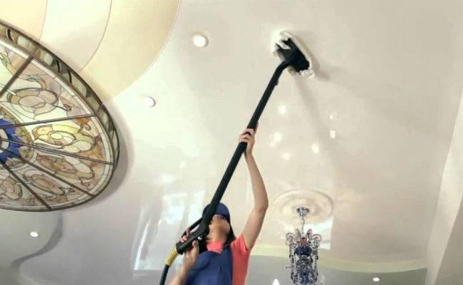Как мыть натяжные потолки? 28 фото: как ухаживать, правила мытья в домашних условиях без разводов и особенности выборы средств для чистки