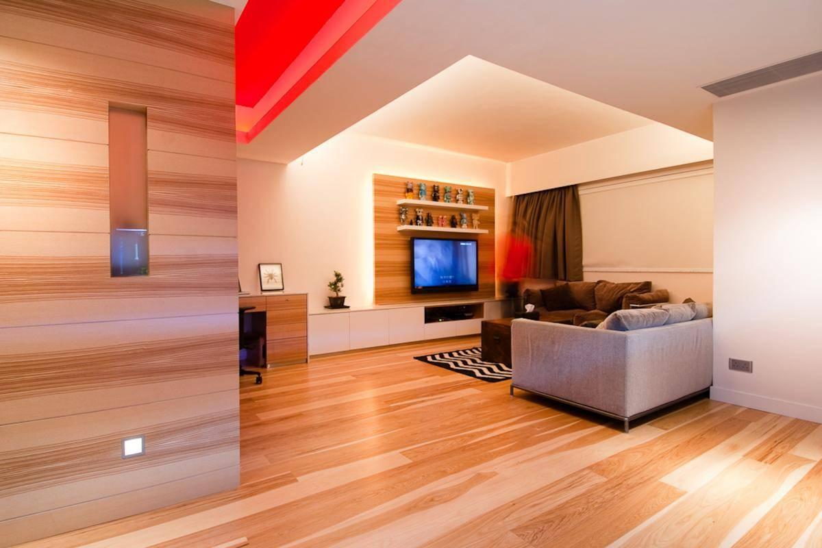 Как использовать дерево для декорирования стен в спальне или для облицовки отдельных элементов из необрезанной доски