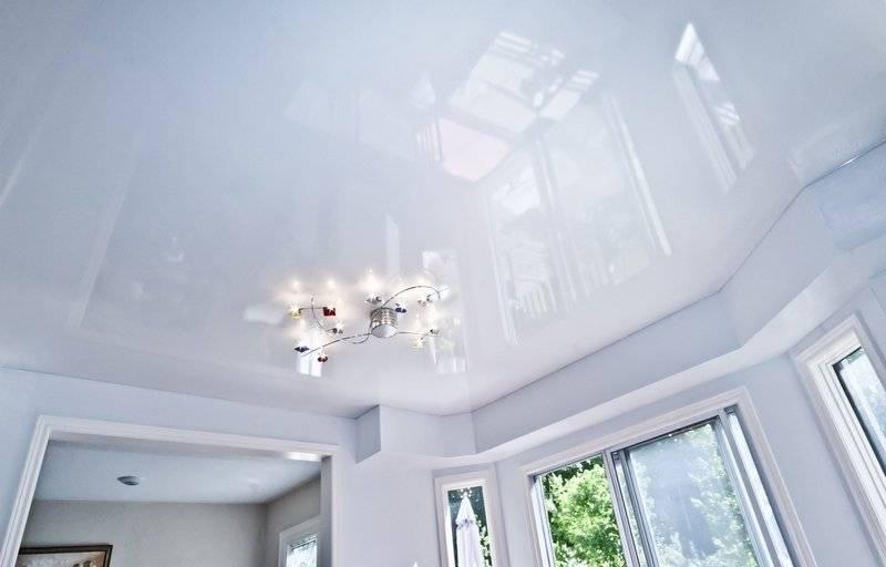 Как помыть глянцевый натяжной потолок в домашних условиях без разводов? чем мыть и как правильно ухаживать, особенности ухода