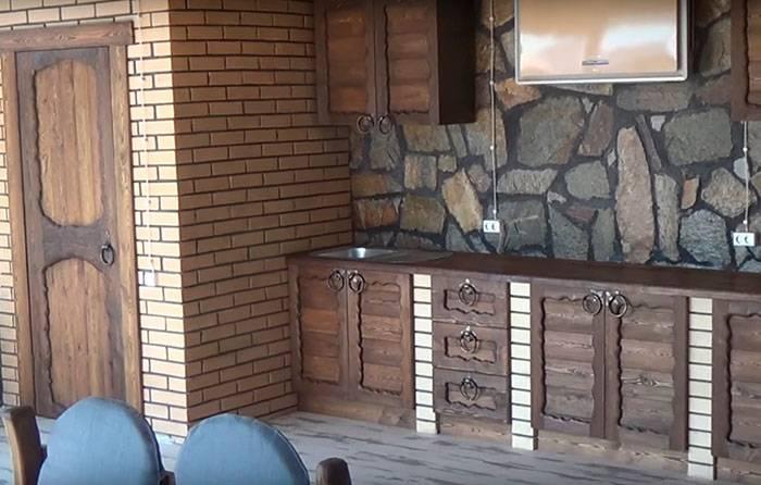 Кухни под старину (60 фото): выбираем старинный кухонный гарнитур из дерева, мебель из сосны в белом и других цветах