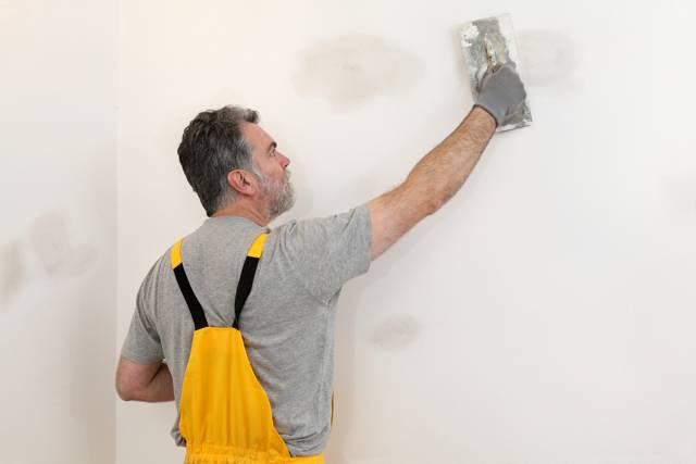 Как правильно шпаклевать стены под обои: пошаговая инструкция шпаклевки своими руками с фото и видео