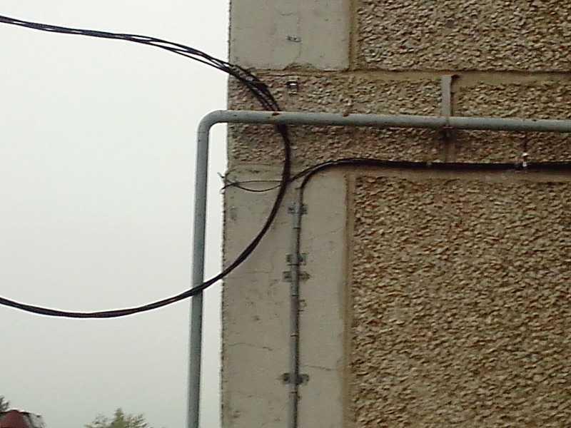 Монтаж провода: виды креплений кабеля к стенам в гофре или на скобах