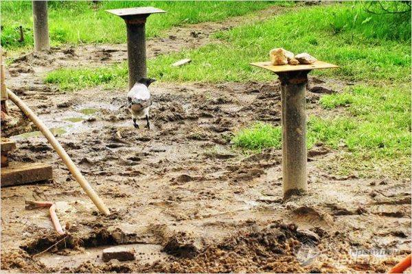 Какой фундамент нужен для дома, если грунтовые воды близко и в котловане стоит вода