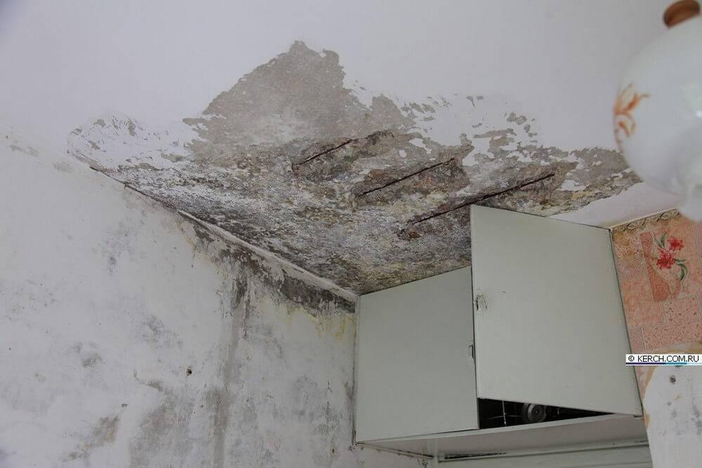 Выравнивание потолка штукатуркой.