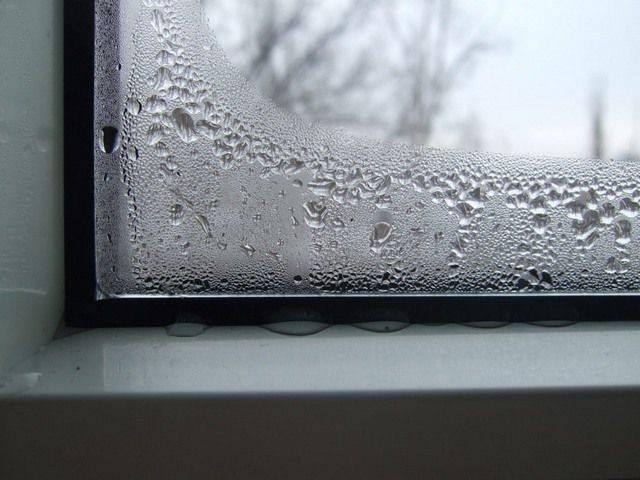 Почему потеют пластиковые окна зимой: как устранить своими руками