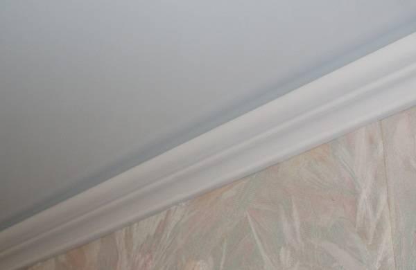 Как приклеить потолочный плинтус к натяжному потолку - всё о ремонте потолка