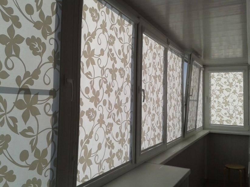 Шторы в комнату с балконной дверью (51 фото): шторы для окна с балконом в гостиную, занавески в зал однокомнатной квартиры