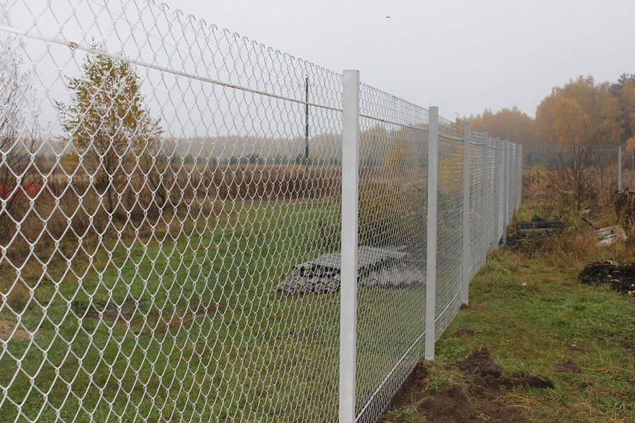 Как поставить забор из сетки-рабицы