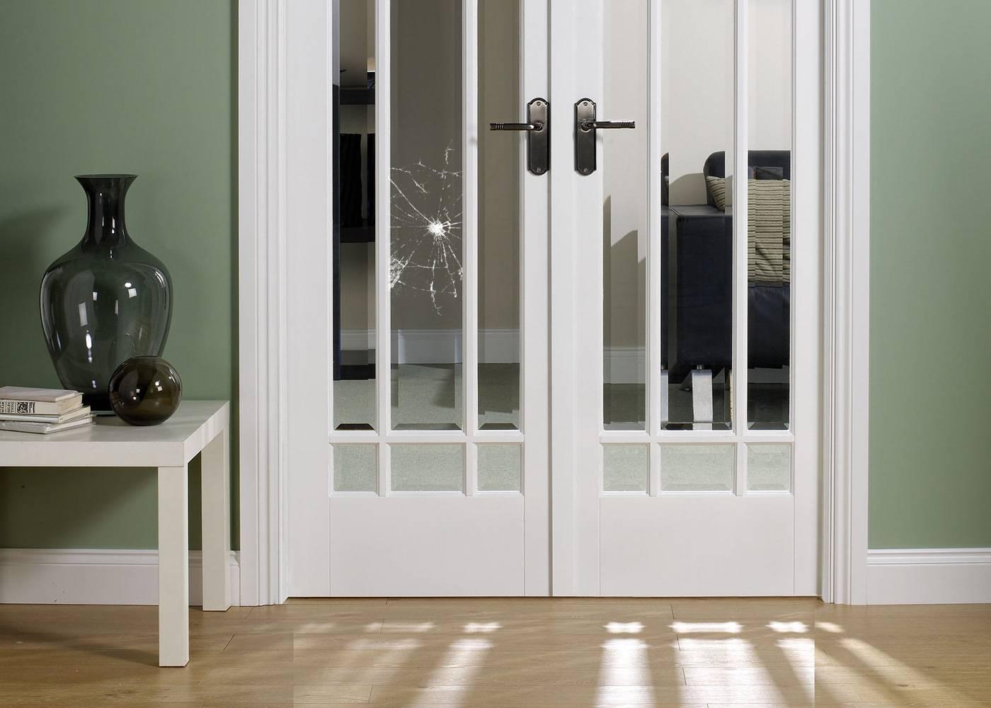 Замена стекла в межкомнатной двери: куда идти и что делать.