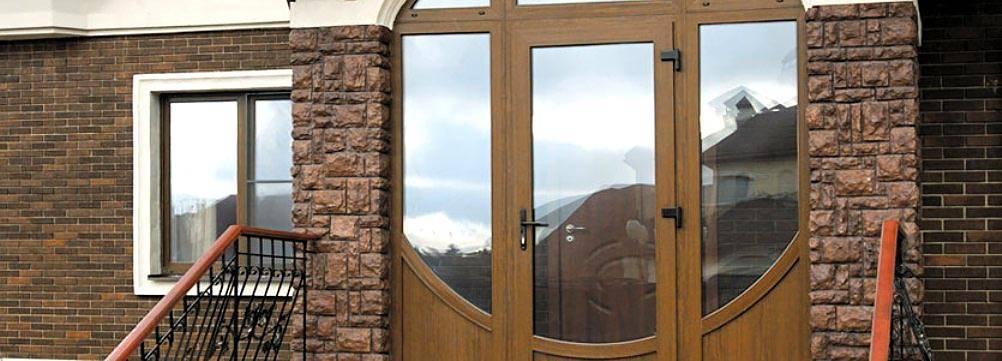 Преимущества и недостатки пластиковой двери на входе, виды стекла и нюансы установки