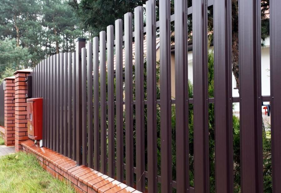 Забор из евроштакетника своими руками: пошаговая инструкция забор из евроштакетника своими руками: пошаговая инструкция