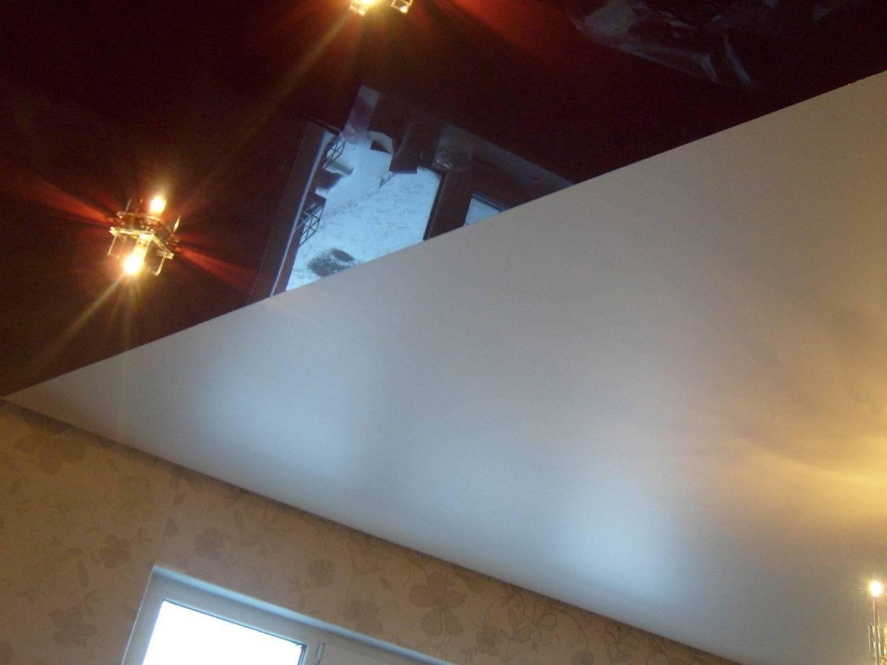 Одноуровневые двухцветные натяжные потолки - особенности и фото вариантов применения