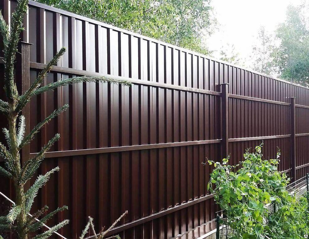 Забор из кирпича и профнастила (36 фото): универсальные конструкции с кирпичными столбами из профлиста, ограждение с профнастилом