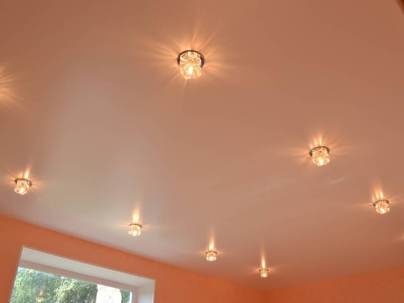 Сатиновый натяжной потолок – плюсы и минусы, сравнение, особенности