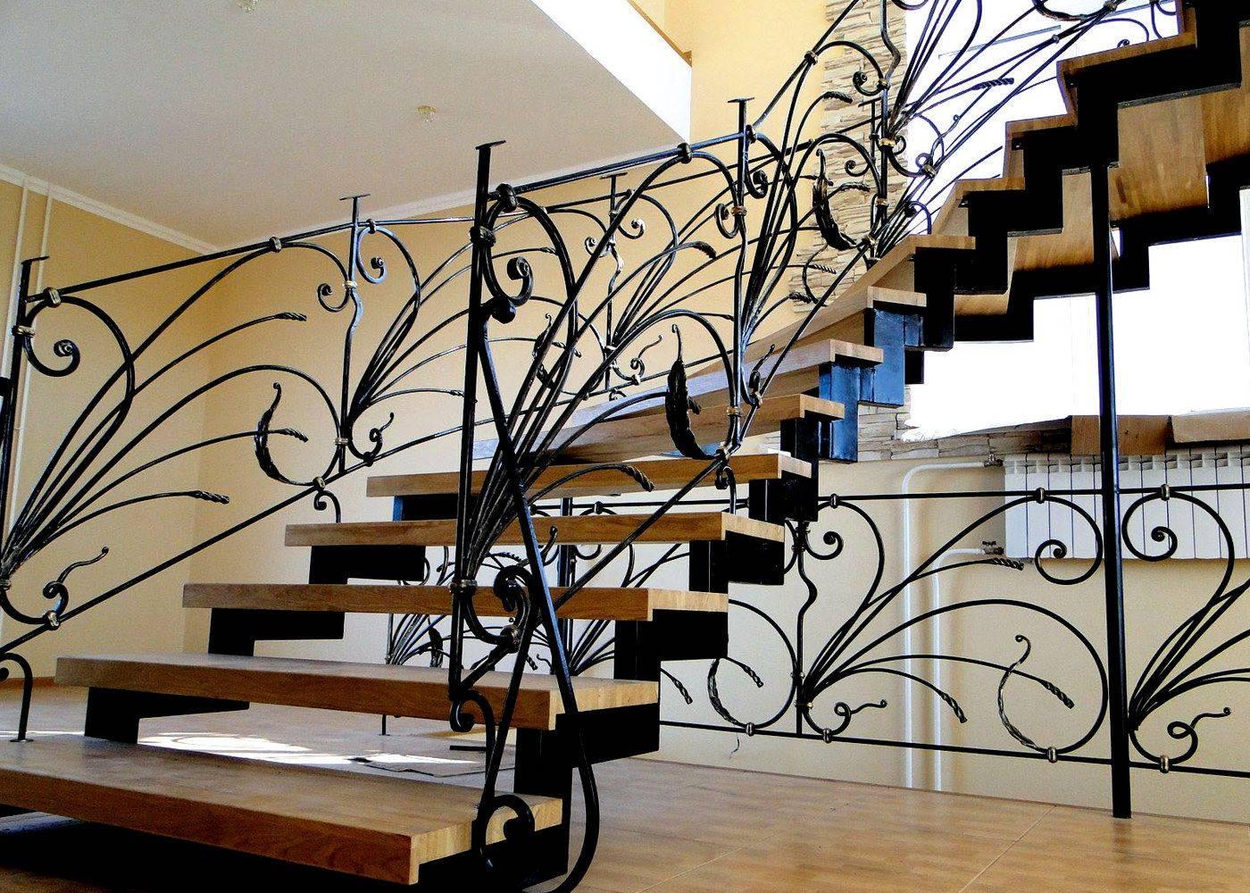 Оптимальные перила для лестниц из дерева: 4 материала изготовления
