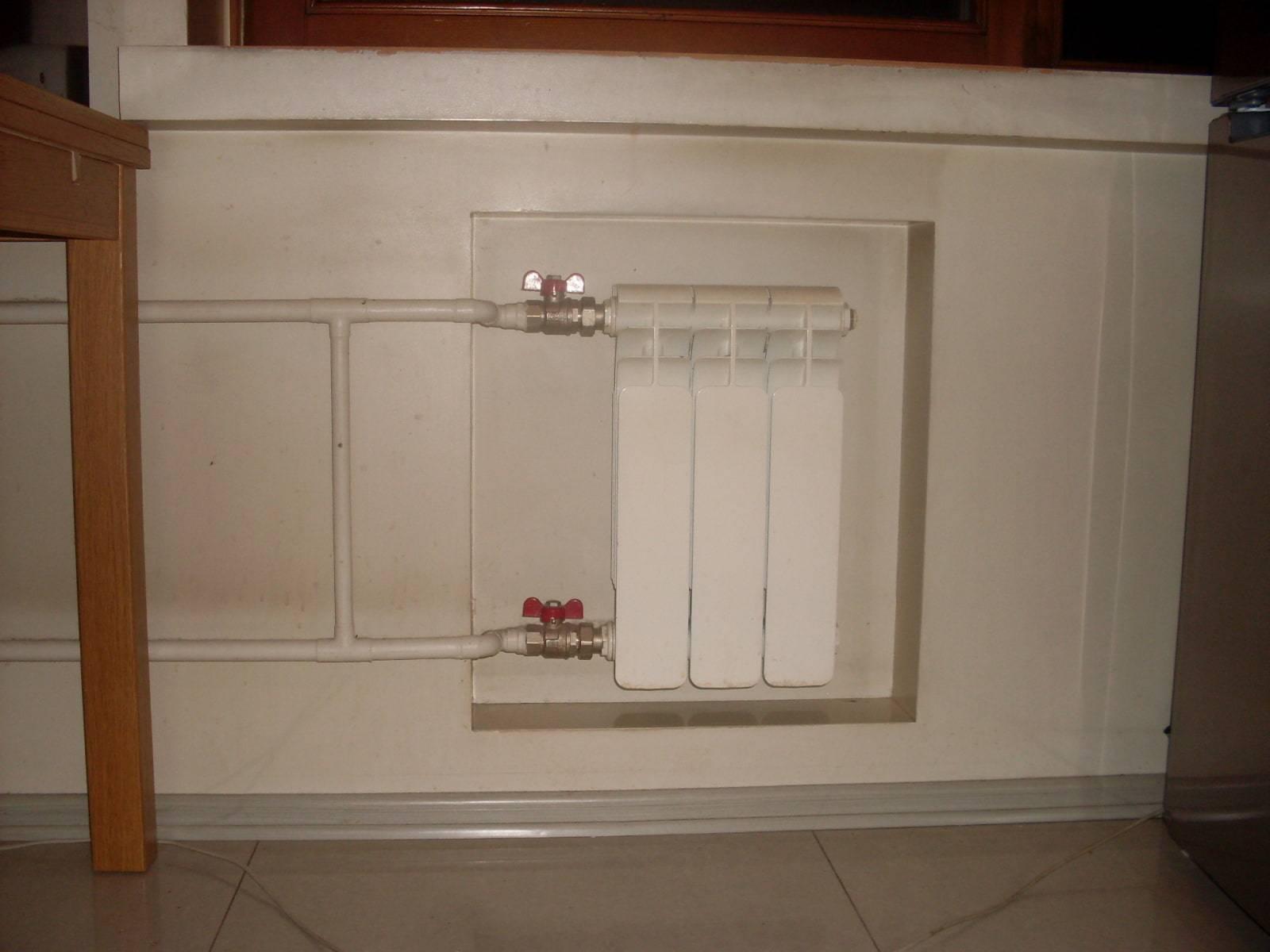 """Холодильник под окном (29 фото): зимняя модель с пластиковыми дверцами под подоконником в """"хрущевке"""""""