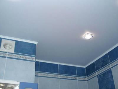 Потолок в туалете: варианты, какой выбрать, своими руками, фото, из пластиковых панелей, точечные светильники