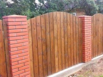 Строим забор из кирпича с секциями из профлиста