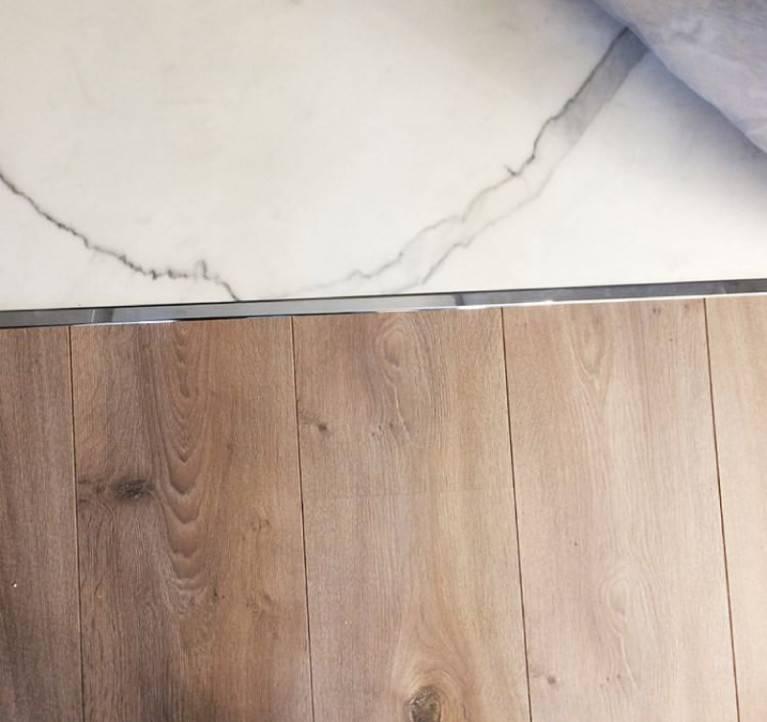 Напольные плитки под ламинат в интерьере