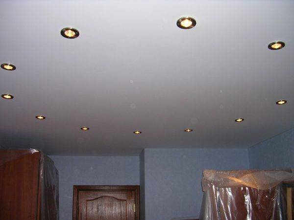 Установка светильников в натяжной потолок, монтаж точечных светильников в пластиковый потолок