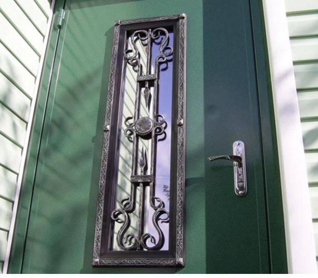 Причины для реставрации металлической двери, ремонт входной группы с помощью разных материалов