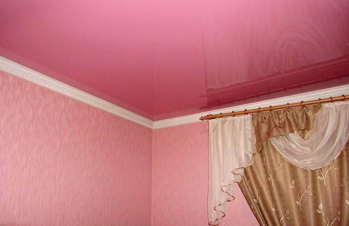 Белый натяжной потолок на кухне: глянцевый или матовый, пленка или ткань? (+15 фото)