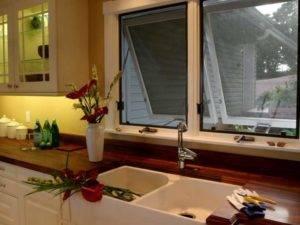 Кухонный гарнитур с окном посередине (38 фото): выбор гарнитура г-образной формы для кухни с окном в частном доме. красивые примеры проектов маленькой кухни с окном в рабочей зоне