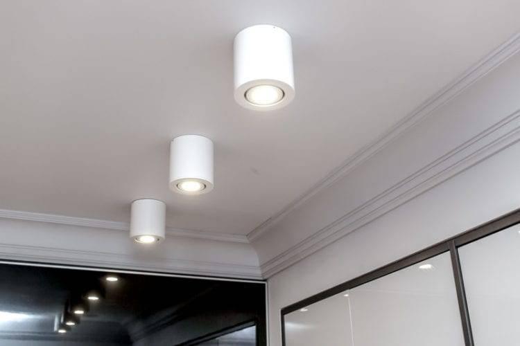 Варианты освещения комнаты с натяжным потолком — 10 способов подсветки