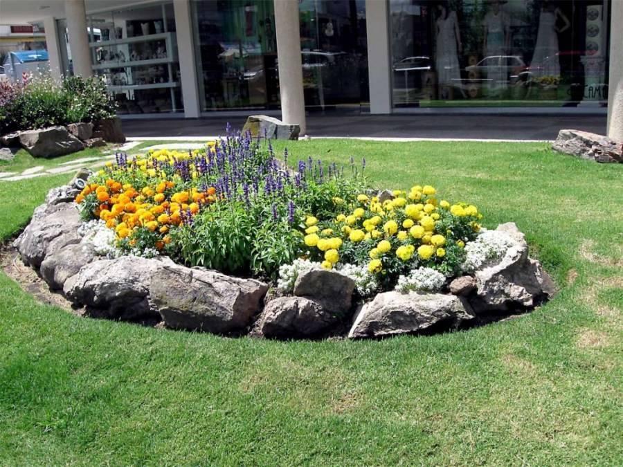Ландшафтный дизайн клумб (69 фото): оформление цветников перед домом своими руками, варианты с хвойниками и цветами