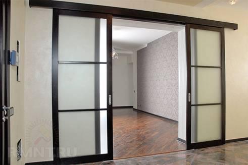 Двойные двери с распашной конструкцией для межкомнатного проема: виды, особенности выбора и установки