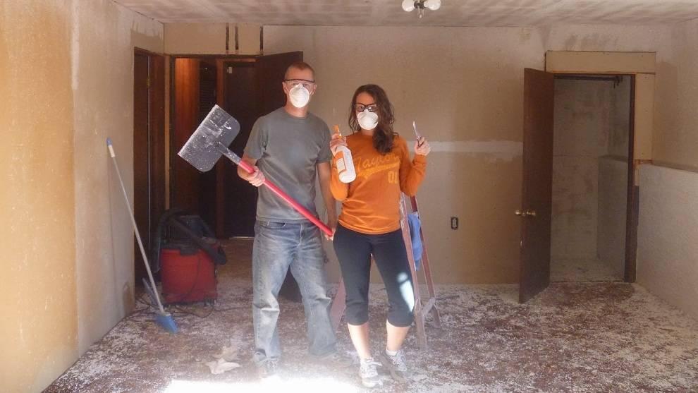 Как быстро снять побелку с потолка: несколько лучших способов