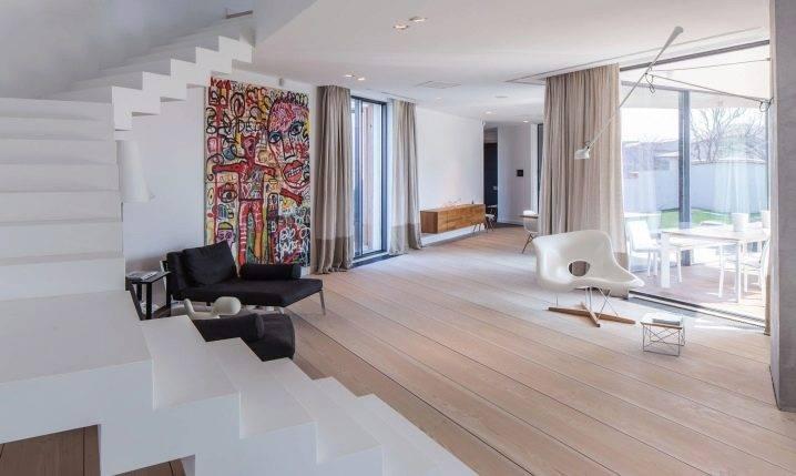 Дизайн зала в частном доме (96 фото): оформление интерьера гостиной. отделка комнаты с лестницей на второй этаж и зала с двумя окнами, другие варианты комнаты в коттедже