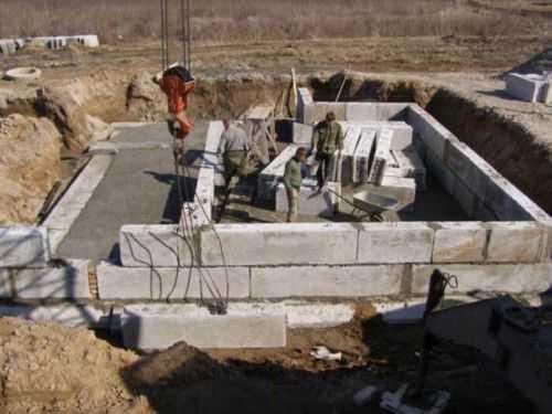 Фундамент для дома из фбс — ленточный, столбчатый, плюсы и минусы, монтаж своими руками