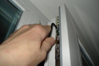 Почему сильно дует от балконной двери и простые методы устранения сквозняков
